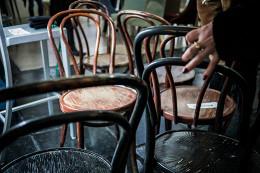 Магазин, распродающий мебель из закрывшихся ресторанов, проведет маркет под открытым небом