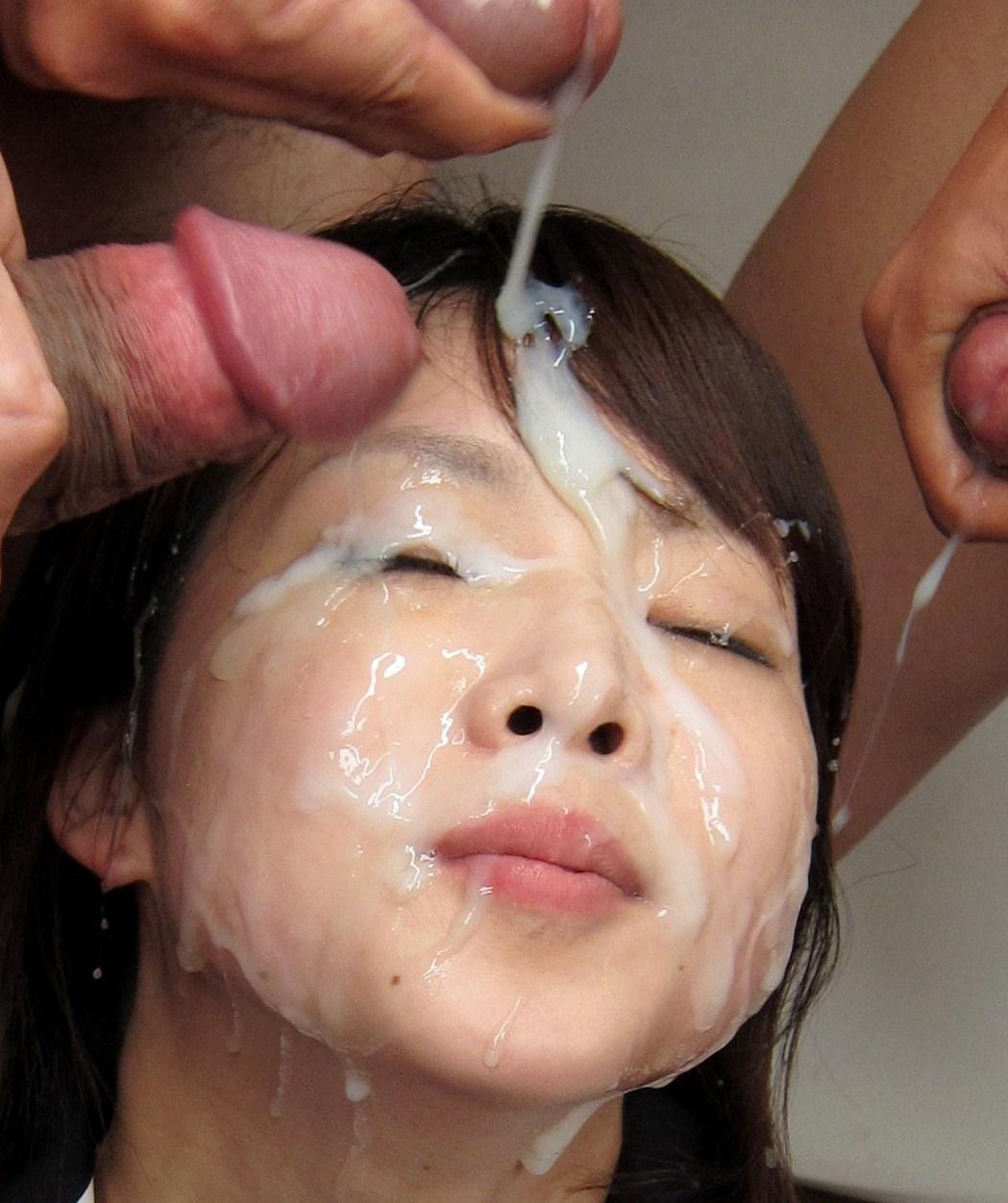Лицо и рот японки заливают спермой
