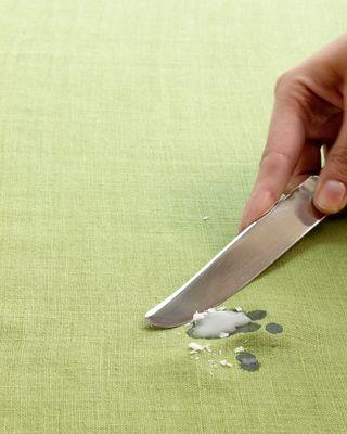 Чем убрать пятна от воска для депиляции на одежде