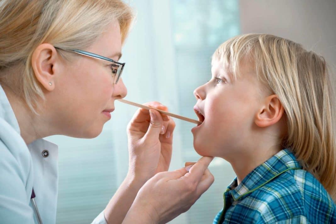 Ребенок кашляет и болит ухо