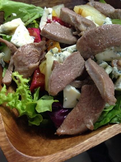 Ресторан Паровоз - фотография 7 - Салат из утки с голубым сыром
