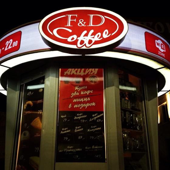 Ресторан Friend Coffee - фотография 1 - Вечером очень ярко и красиво!!!