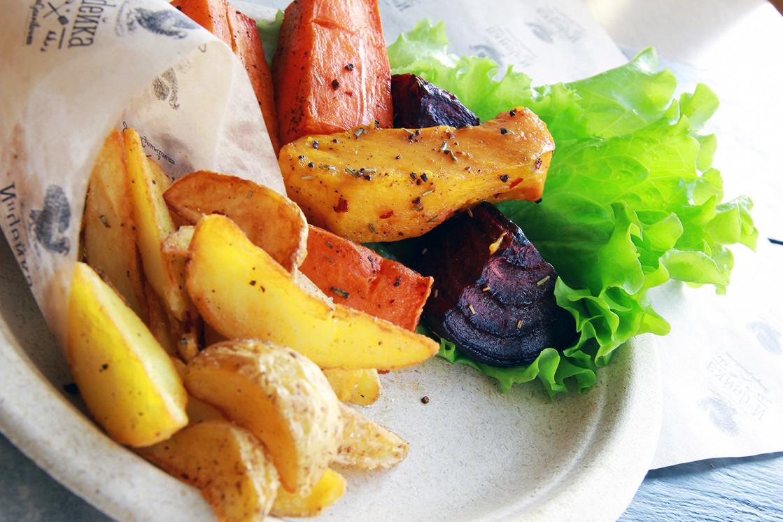 Ресторан Индейка - фотография 2 - Картошка по-деревенски и печеные овощи - отличный гарнир для индейки.
