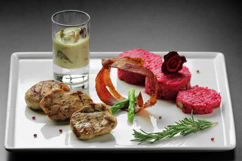 Ресторан Pool Bar & Grill - фотография 12 - Медальоны из свиной вырезки