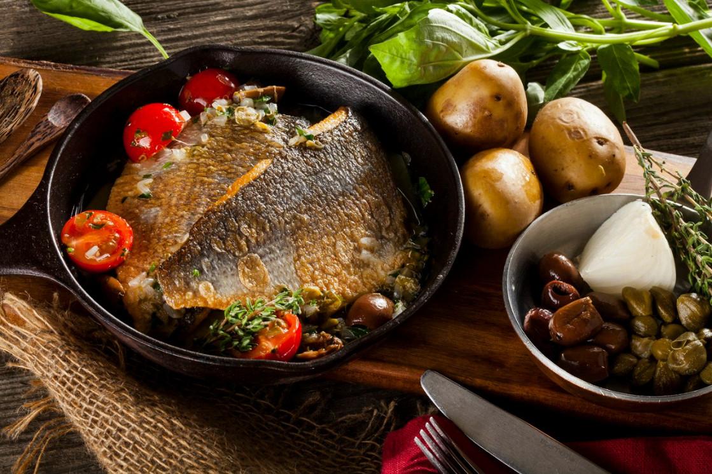 Ресторан Песто - фотография 4 - Филе дорадо на картофельной подушке в соусе из таджасских оливок