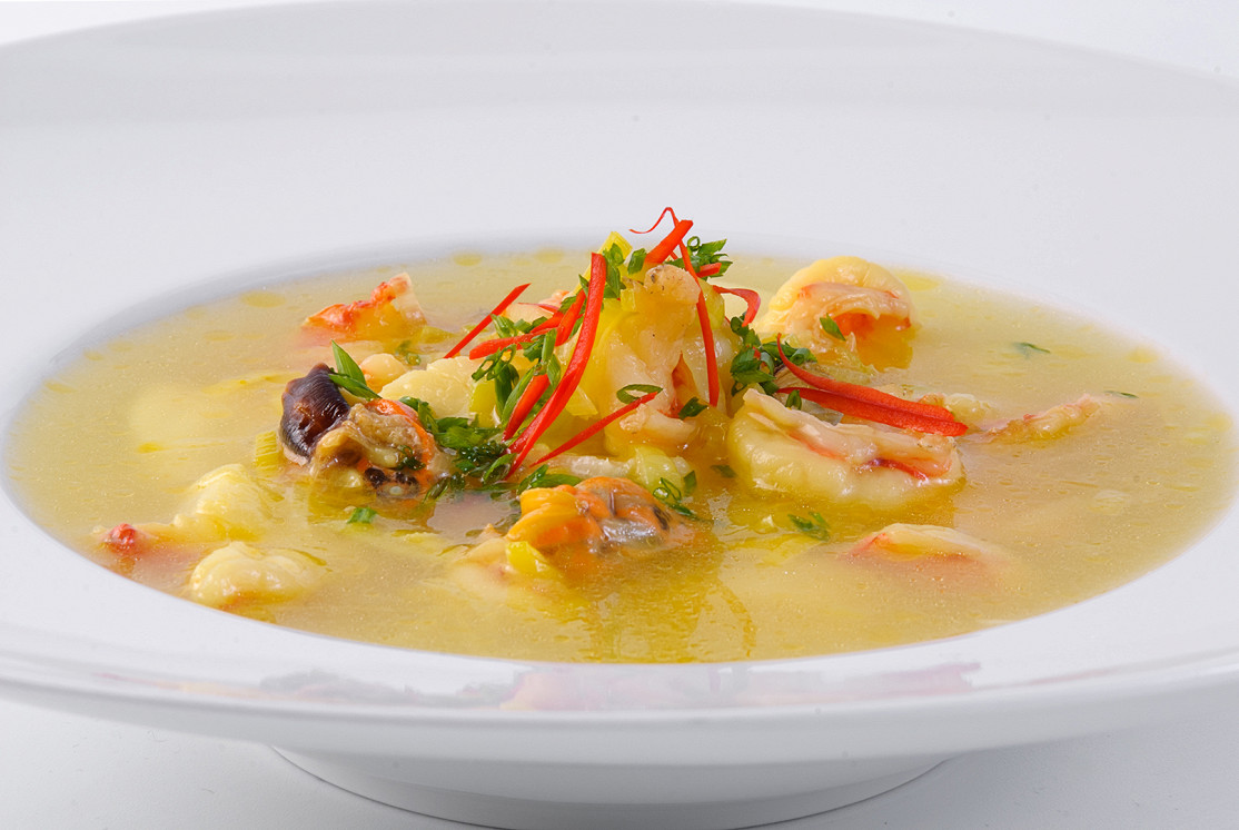 """Ресторан Real Food - фотография 11 - Суп """"Дары моря"""" с шафраном и луком-порей"""