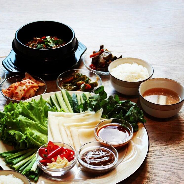 Ресторан K-town - фотография 16 - Сет с говядиной или вегетарианский под азванием Сями. Блюдо конструктор-в лист салата собираем компоненты и соуса, заворачиваем и едим, бульоном запиваем-так называемые холодные голубцы.
