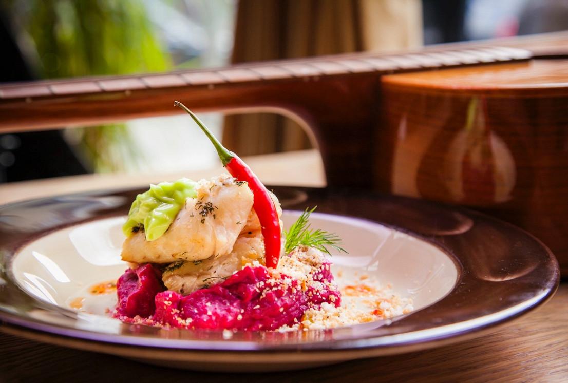 Ресторан Dusha - фотография 8 - Карельская щука с домашним лимонным майонезом и пюре из запеченной свеклы и картофеля