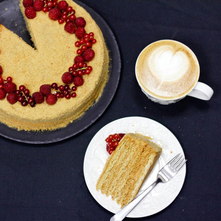 Ресторан Teabakery - фотография 20 - Домашний медовик и капучино