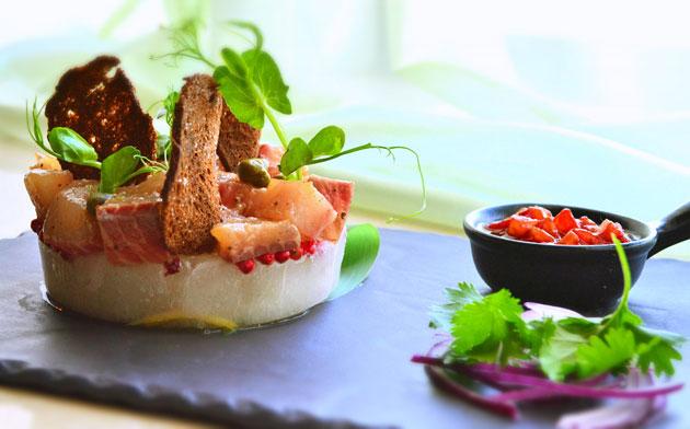 Ресторан Де Марко - фотография 39 - Сугудай из якутского муксуна, на цитрусовом льду с соусом из вяленых томатов