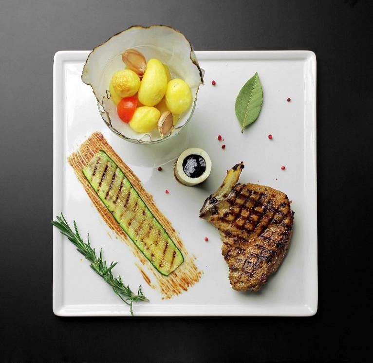 Ресторан Pool Bar & Grill - фотография 5 - Свиная корейка, сейчас подаётся с копчёным пюре картофеля и соусом из солений с горчицей.