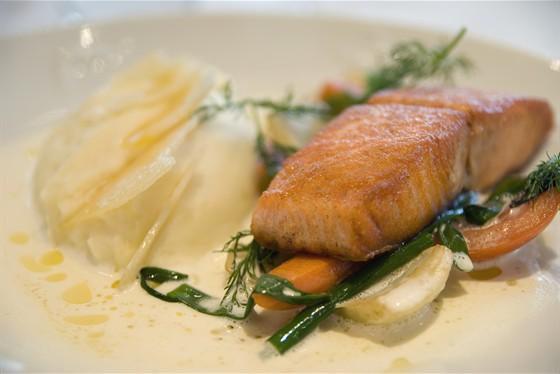 Ресторан Red & White - фотография 3 - Филе лосося на гриле с овощами и сыром пармезан, гарнир картофельное пюре