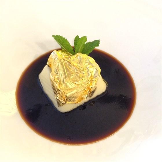 Ресторан Amarsi - фотография 6 - Мильфей с сусальным золотом