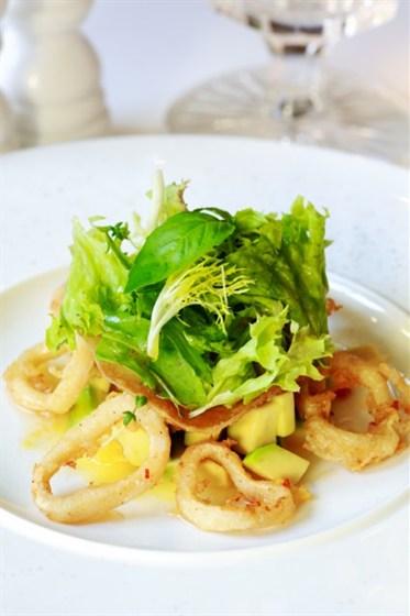 Ресторан Graf-in - фотография 32 - Теплый салат с кальмаром, картофелем Стоун, пармой и сыром Пармезан