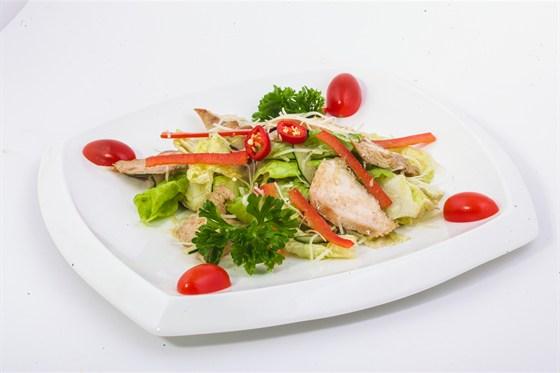 Ресторан Золотой бамбук - фотография 21 - САЛАТ ГА Куриного филе, помидоров черри, гренок и сыра Грано Подано.