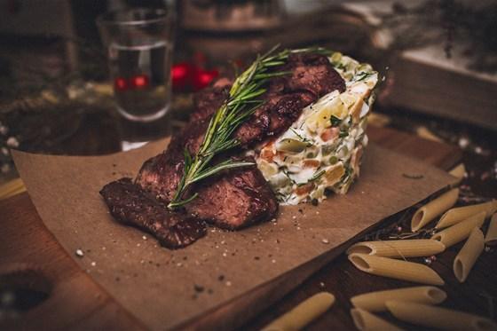 Ресторан Панаехали - фотография 7 - Оливье с ростбифом гриль