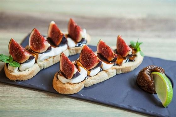 Ресторан Wine & Soul - фотография 8 - Брускетта с сыром Дорблю, свежим инжиром и нежным свекольным кремом