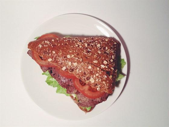 Ресторан Сэндвич-бар - фотография 25 - сэндвич с говядиной-гриль