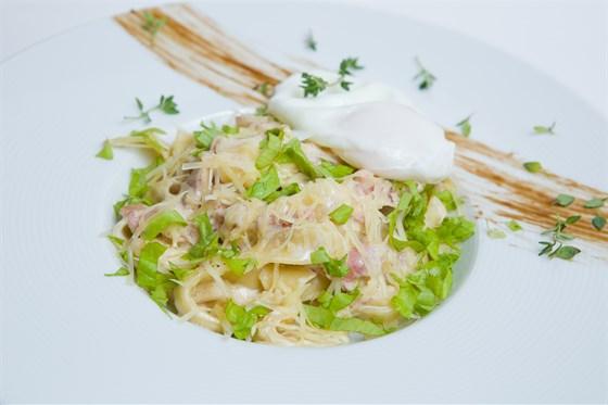 Ресторан Шуга - фотография 7 - Классические итальянские спагетти с обжаренным беконом, с добавлением яйца пашот