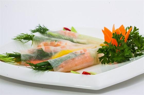 Ресторан Золотой бамбук - фотография 22 - ГОЙ КУОН СОАЙ ТОМ Спринг-роллы с креветами, манго, орехами кешью, огурцом, зеленым луком и зеленью, завернутые в рисовую бумагу. Подается с рыбным соусом