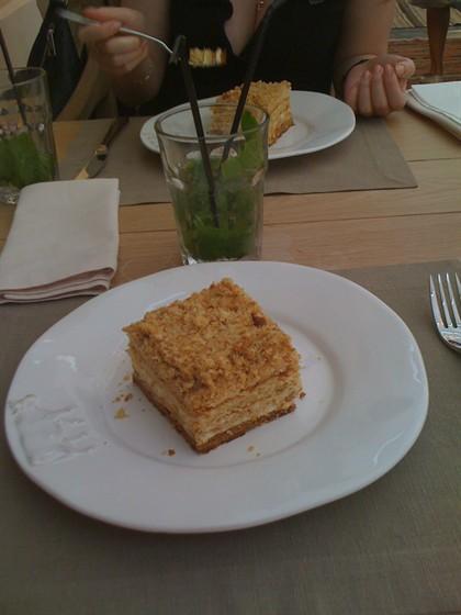 Ресторан Курабье - фотография 15 - Медовый торт, очень по-домашнему вкусно
