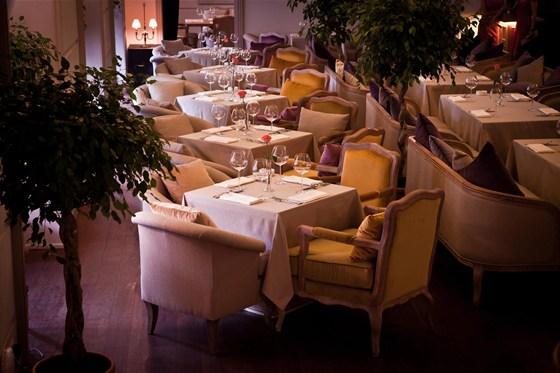 Ресторан Barry White - фотография 9 - Зал на первом этаже. Столы возле сцены.