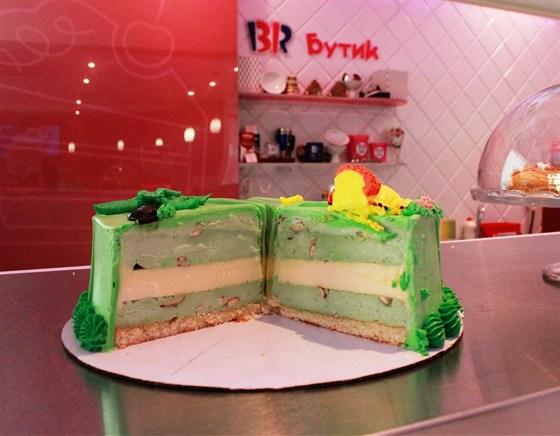 Ресторан Баскин Роббинс - фотография 9 - торт-мороженое Миндально-фисташковый