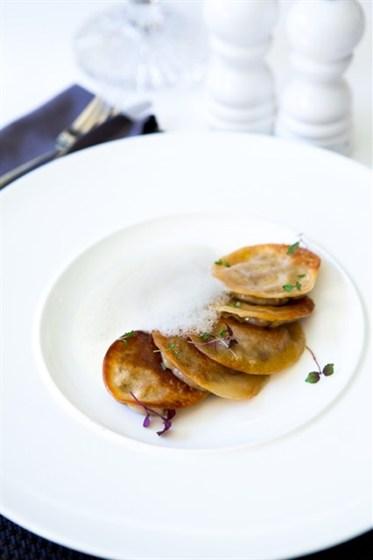 Ресторан Graf-in - фотография 13 - Домашние равиоли из тончайшего теста с белыми грибами, фуа-гра и трюфельным соусом