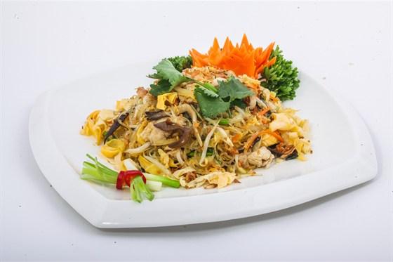 Ресторан Золотой бамбук - фотография 38 - МИЕН САО ГА Рисовая лапша, обжаренная с курица, морковью, болгарским перцем, грибами Шиитаке, шампиньонами, ростками бобов, репчатым и зеленым луком в устричном соусе.