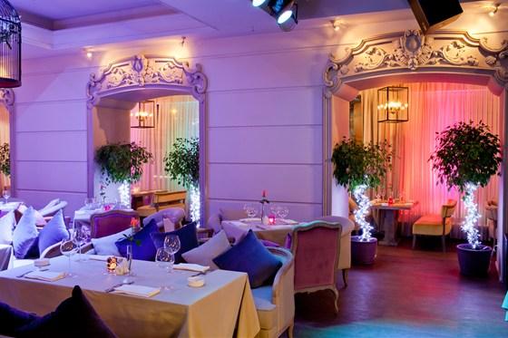 Ресторан Barry White - фотография 12 - В зале на первом этаже возле экрана.