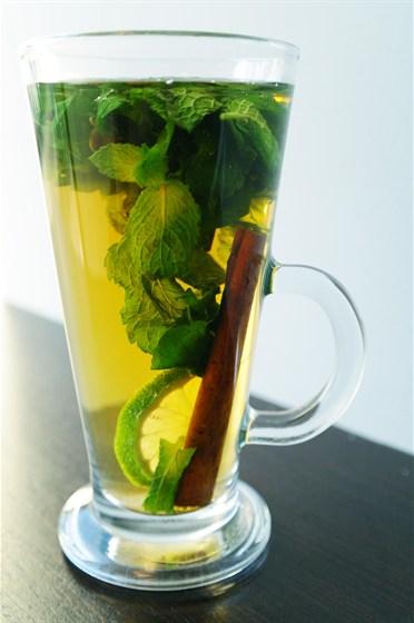 Ресторан Бенуа - фотография 23 - Тонизирующий чай с марокканской мятой, корицей, лаймом и бадьяном