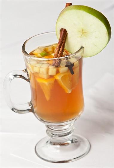 Ресторан Фирма - фотография 23 - Волшебный чай (чай черный, кардамон, гвоздика, корица, апельсин, яблоко) 200 мл. 150 руб.