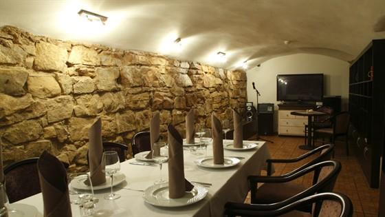 Ресторан Выставка - фотография 1 - Каменный зал - вместимость 10-15 человек.
