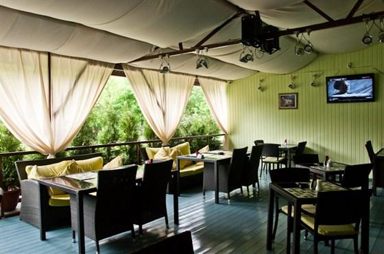 Ресторан Da Pino - фотография 13 - Летняя веранда с системой туманного охлаждения! Здесь не будет жарко даже при 30 градусной жаре.