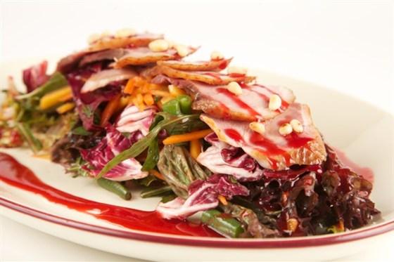 Ресторан Гриль-хофф - фотография 5 - Экзотический салат с копченой утиной грудкой и малиновым соусом