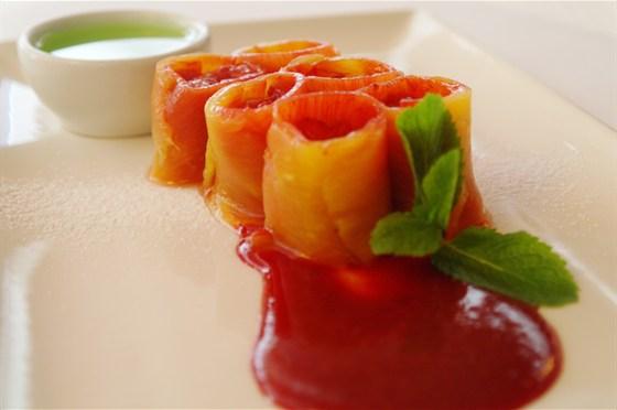 Ресторан Де Марко - фотография 26 - Ролл из ананаса с клубничным тар-таром с соусом «Лайм»