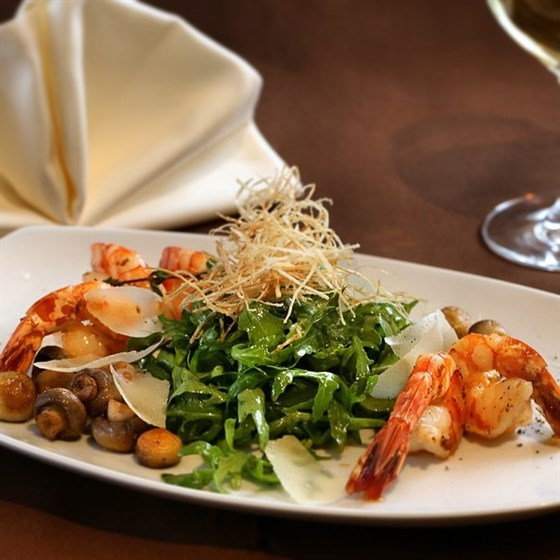 Ресторан Бальзам - фотография 3 - Салат с королевскими креветками