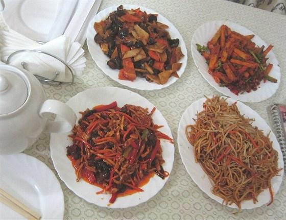 Ресторан Лусюнь - фотография 14 - Грибы с бамбуком, мелко наструганная свинина, лапша, баклажаны в остром перце, литр чая - 1640 руб.