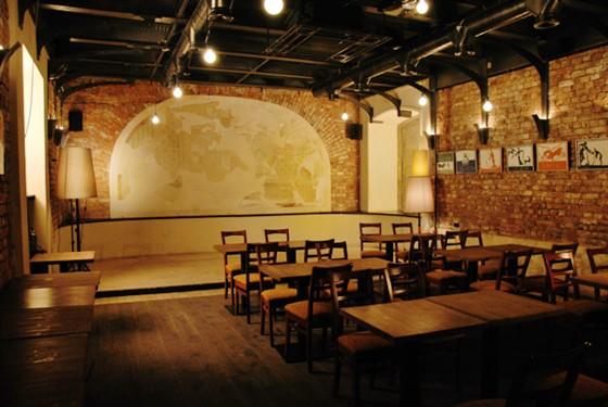 Ресторан Zavtra - фотография 8 - Кинозал. Здесь проходят презентации фильмов, мастер-классы и камерные концерты.