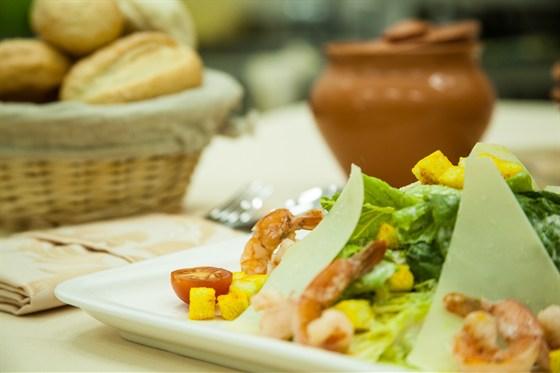Ресторан La familia - фотография 30 - Цезарь с креветками