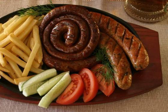 Ресторан Гроссбир - фотография 4 - Два вида немецкой колбасы поджаренной на мангале с картошкой фри по превлекательной цене.