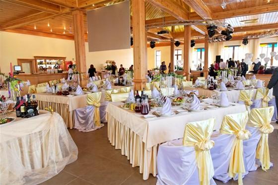 Ресторан Красный кабачок - фотография 4 - Банкетный зал 2 этажа. Подготовка к свадебному банкету.