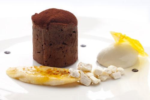 Ресторан Simple Wine Bar - фотография 14 -     Шоколадный фондан с банановым сорбетом и кофейной карамелью с кардамоном
