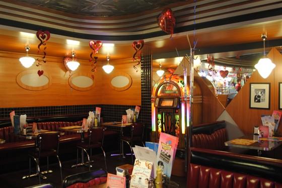 Ресторан Beverly Hills Diner - фотография 5 - Уютен зал для НЕкурящих.