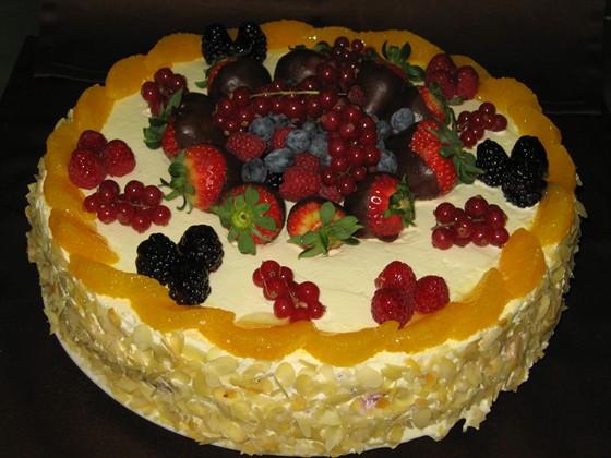 Ресторан Траттория в Сокольниках - фотография 38 - Торт ягодно фруктовый.