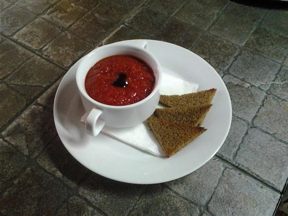"""Ресторан Nota - фотография 1 - Новый летний суп """"Гаспачо"""" Итальянский холодный томатный суп. Подается с ржаными тостами."""