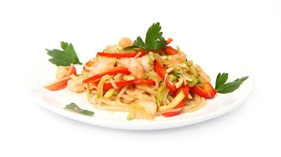 Ресторан Вкуснолюбов - фотография 24 - Салат с креветками и рисовой лапшой.