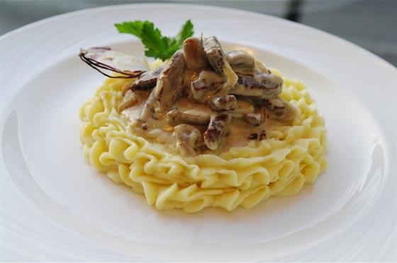 Ресторан Бенуа - фотография 18 - Бефстроганов из говяжьей вырезки с белыми грибами на подушечке из картофельного пюре