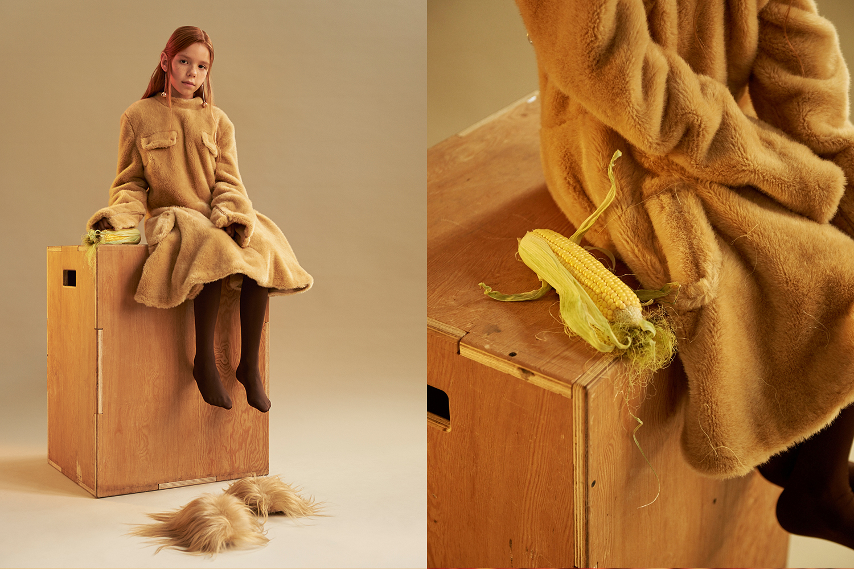 Платье J.W.Anderson, колготки Calzedonia, тапочки Gucci, серьги «Смешные цены»