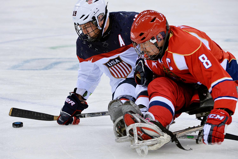 Слева направо: Тейлор Чейс (США) и Дмитрий Лисов (Россия) в финальном матче между сборными командами США и России в соревнованиях по следж-хоккею